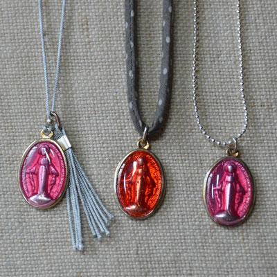 Colliers religieux enfant médaille rose ou rouge sur fil de jade, cordon tissu ou chaîne fantaisie à billes (10€)