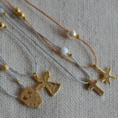 Colliers enfant et femme ajustables sur fil de jade : hibou, croix, ange ou étoile de mer dorés et perles dorées et nacrées (13€ l'unité)