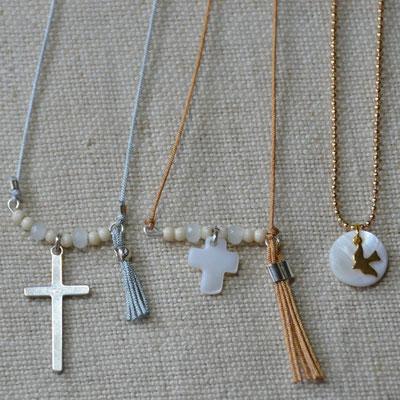 Colliers religieux ajustables enfant : croix en argent 925 (16€) et croix et sequin rond en nacre montés sur fil de jade avec noeud coulissant (13€ l'unité)