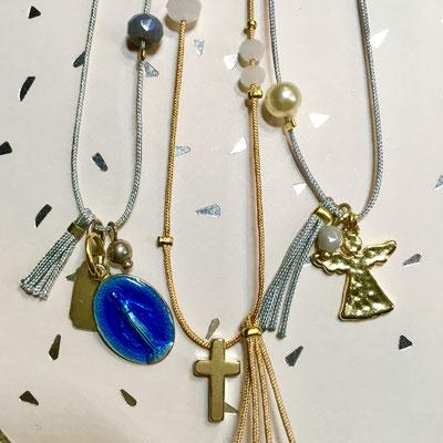 Colliers religieux  fantaisie ajustables enfant : médaille émaillée bleue, croix ou ange dorés avec perles dorées et nacrées sur fil de jade avec noeud coulissant  ou chaîne à billes fantaisie (13€ l'unité)