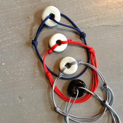 Bracelets céramique mixtes blanc ou noir sur cordons réglables avec noeuds coulissants marine, rouge ou gris (10€ l'unité)
