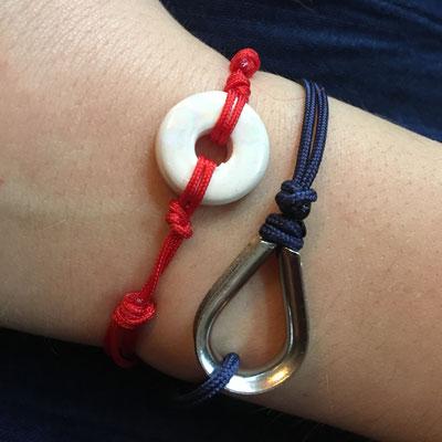 Bracelet céramique blanc sur cordon rouge porté mixé avec cosse sur cordon marine réglables avec noeuds coulissants