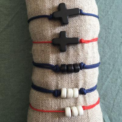 Bracelets garçons : rondelles céramique ou croix pierre howlite noire sur cordons réglables marine ou rouge 8€ l'unité