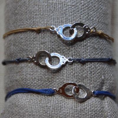 Bracelets mixtes Menottes en argent 925 montées sur cordon beige, marine ou gris ajustables 21€ l'unité