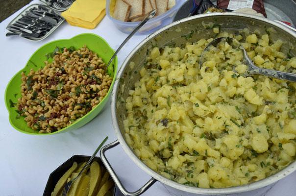 Dazu Nudel- und Kartoffelsalat.
