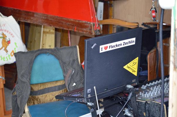 Der DJ hat seinen Platz in der Bootshalle.