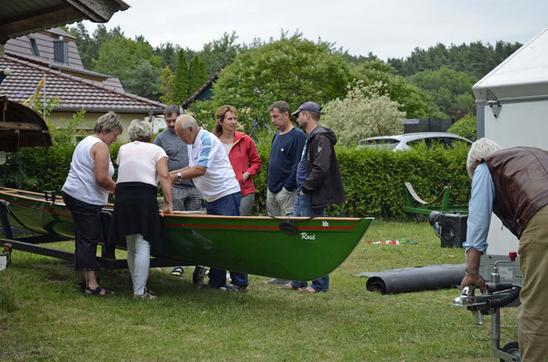 Rheinsberger Ruderer schauen sich das neuste Boot an.