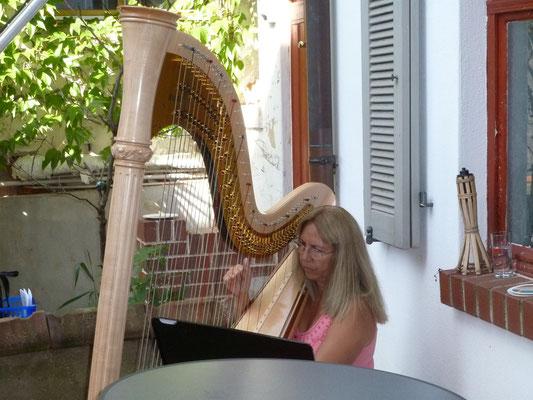 Zita Bartsch aus Brechen-Oberbrechen spielt auf ihrer Harfe stimmungsvolle Musik (Foto © Detlef Fachinger)