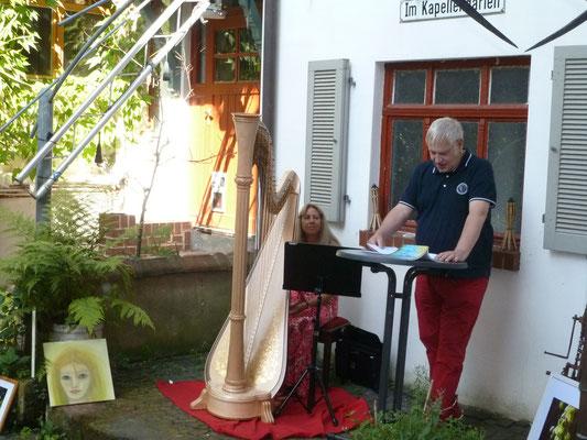 "Peter Makamul aus Kirberg liest aus seinem Buch ""Neues aus Quetschebach"" (Foto © Detlef Fachinger)"