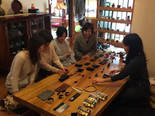 ご自身のブランドShoko-Igetaの革細工を並べてご商談中・・・