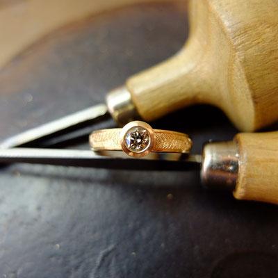 Verlobungsring in Roségold 750 mit Handgravur und einem  Champagner Diamant (0.32ct)