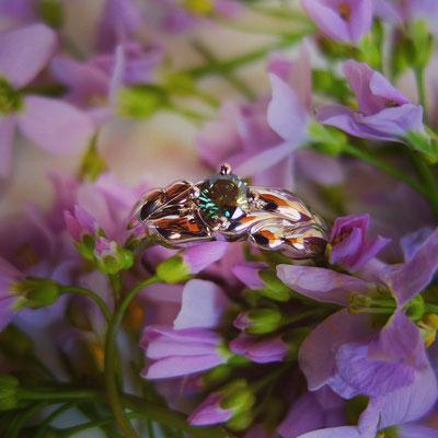 Verlobungsring mit floraler Optik in Weissgold 750 mit einem grünen Diamanten