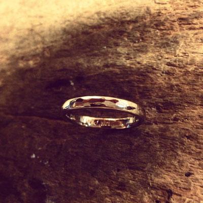 Ring in Weissgold 750 mit Hammerstruktur