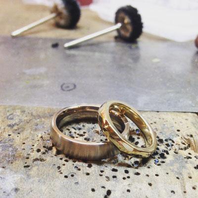 Trauringe in Weissgold 750 und Gelbgold 750 mit drei Diamanten im Damenring