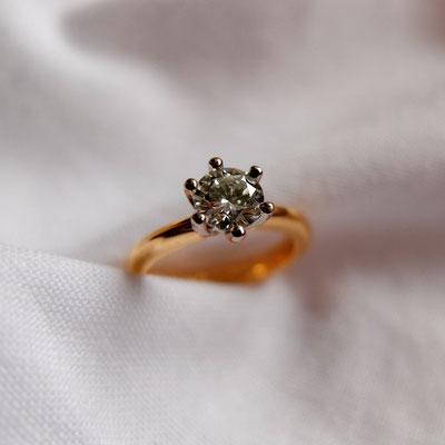 Verlobungsring in Roségold 750 und einer Sechsgrifffassung in Weissgold 750 und einem  Diamanten mit 0.57ct.