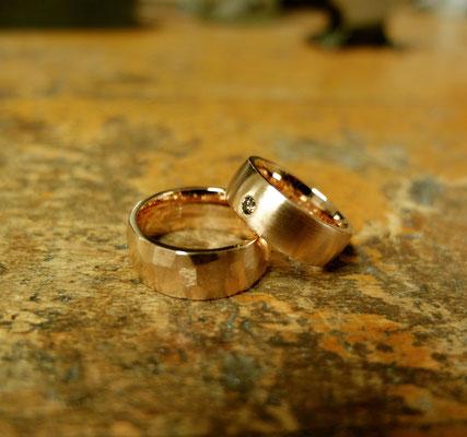 Trauringe in Rotgold mit einem braunem Diamanten und Hammerstruktur