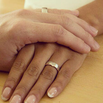 Trauringe aus Weissgold 750 und Gelbgold 750 mit einem Diamanten im Damenring