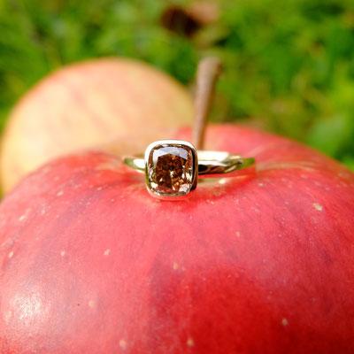 Verlobungsring in Gelbgold 750 mit einem  Occasional Cushion Diamanten mit  0.910ct