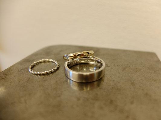 Trauringe in Weissgold 750 und Gelbgold 750 mit drei Diamanten im Damenring und einem Kordelring in Weissgold 750