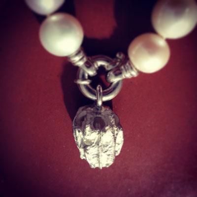 Perlenkette mit Verschluss in Silber 925  und Nuss Anhänger in Silber 925