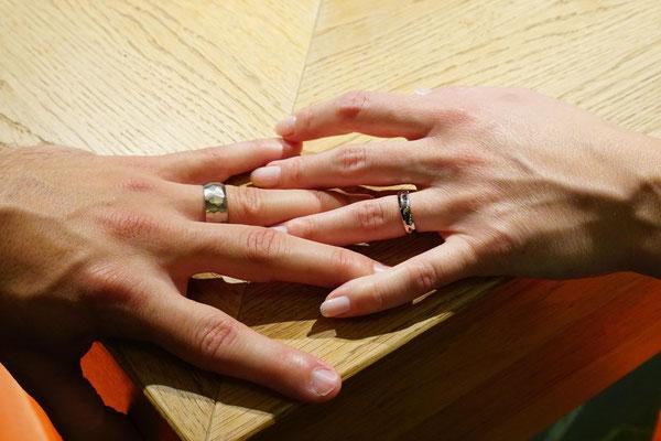 Trauringe in Weissgold 750 mit Hammerstruktur und drei Diamanten im Damenring