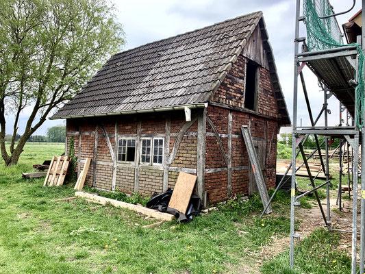 Dieses Gartenhaus wird noch restauriert und neu verfugt.