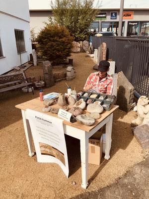 Steinmetz und Künstler Alexander von Pazatka beim bemalen einer Urne