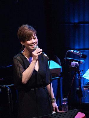 星めぐりを歌うスペシャルゲストの井手麻理子さん