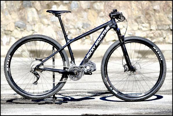 motore elettrico mtb sotto la bici ROCKY MOUNTAIN.