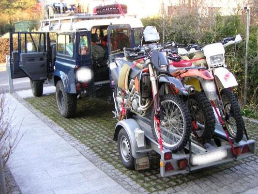 die Vorhut bringt unsere Fahrzeuge am Landweg nach Marokko