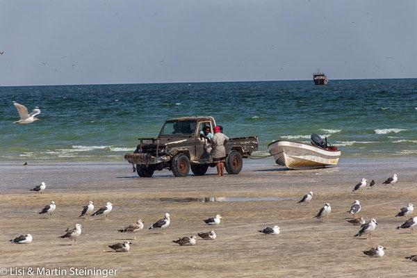 Fischer ziehen ihre Boote an Land