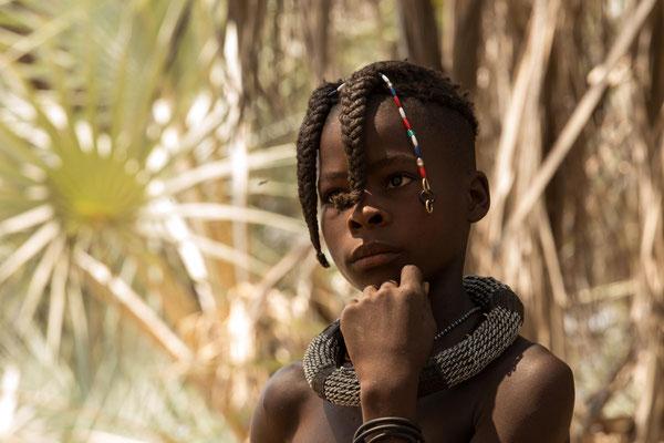 aufmerksames Himbamädchen