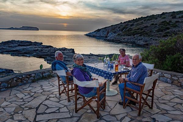 Sundowner bei Stavros in der Bucht von Mezapos