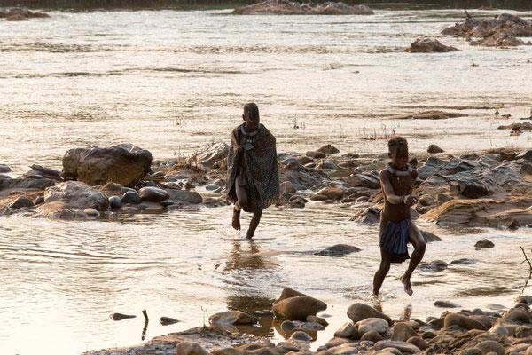 spielende Himbamädchen am Morgen