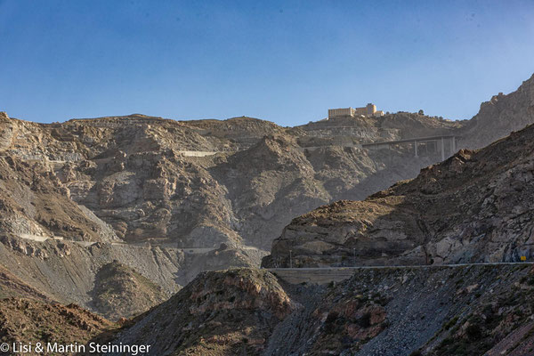 steile Abfahrt im Hedschar Gebirge