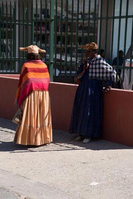 Hererofrauen beim Einkauf