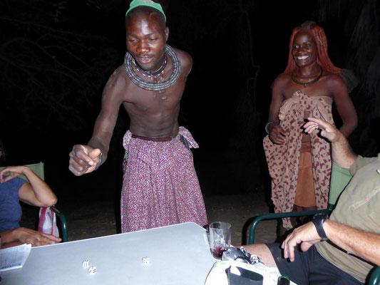 Himbawürfeln mit großer Freude