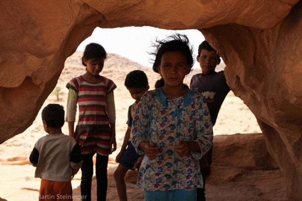 Kinder zeigen uns weitere Felsgravuren