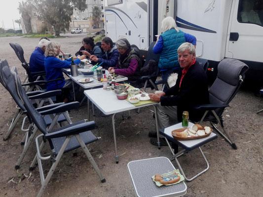 """das """"letzte Abendmahl"""" der Gestrandeten in Haifa"""