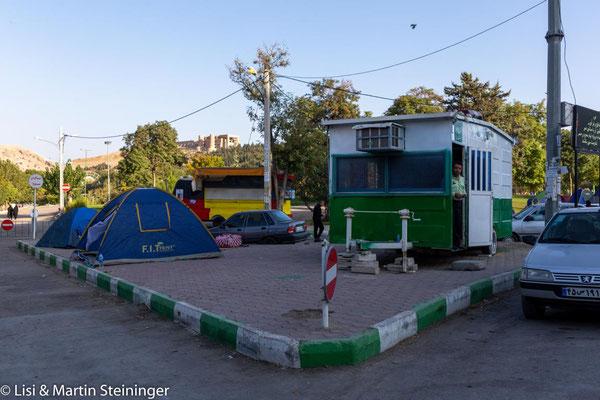 Khorramabad - Campen vor der Polizeistation