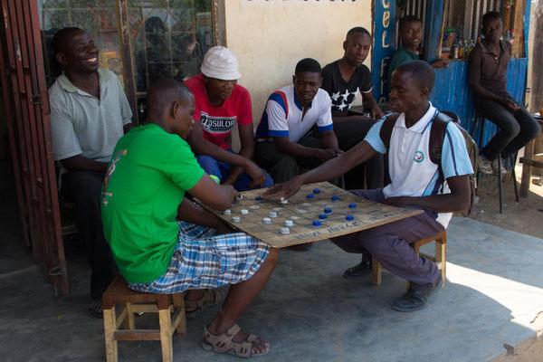 Männer spielen