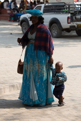 buntes Treiben am Markt in Opuwo