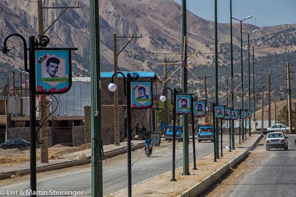 Märtyrer-Tafeln an Ortseinfahrt