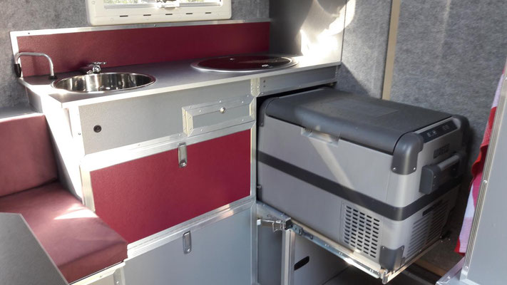 Küche mit ausgezogener Kühlbox