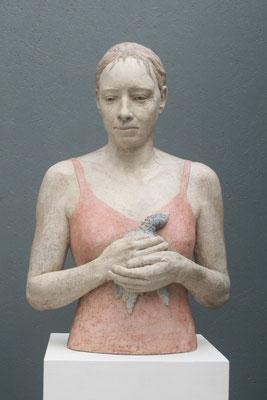 > Frau mit Vogel <    2014  ,  Maße: 64 / 42 / 27 cm