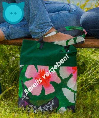 Tasche Uno dunkelgrün, Blumenmuster | Fotograf: David Kastner