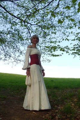 weißes Abendkleid mit roter Corsage