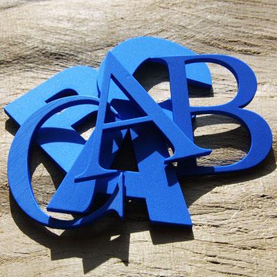 Laserstanze für Buchstaben.