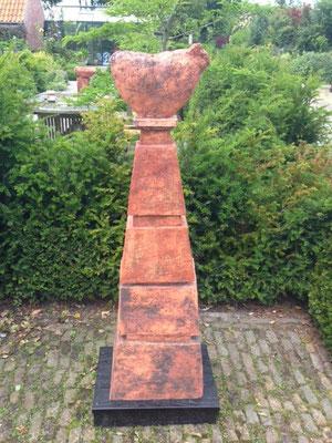 Schaap op sokkel, basis 38 x 28 cm hoogte 134 cm, rode chamotteklei 0-2 mm, glazuurbrand 1140`C