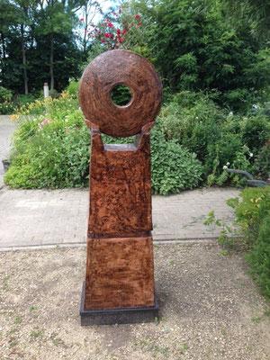 Met het oog op, basis 31 x 46,5 hoogte 160 cm, rode chamotteklei 0-2 mm, glazuurbrand 1140`C